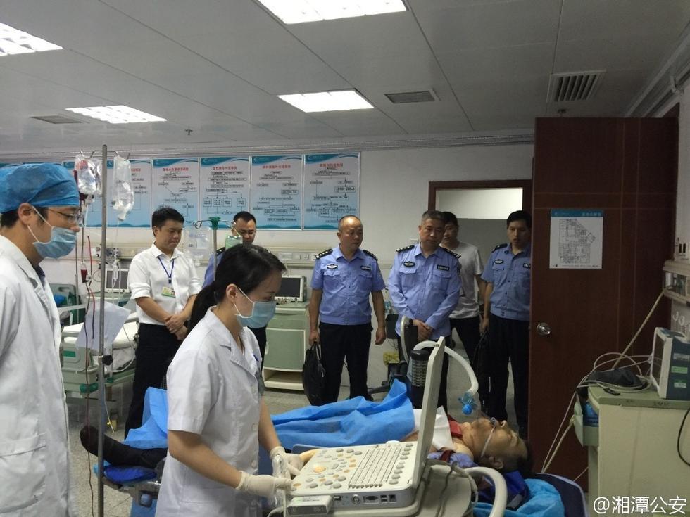 警负伤后被送往医院抢救.-湖南两民警出警时被砍 致1死1伤