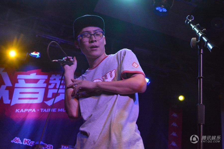 王啸坤成都演唱会被告白 粉丝包场看《既然青春》