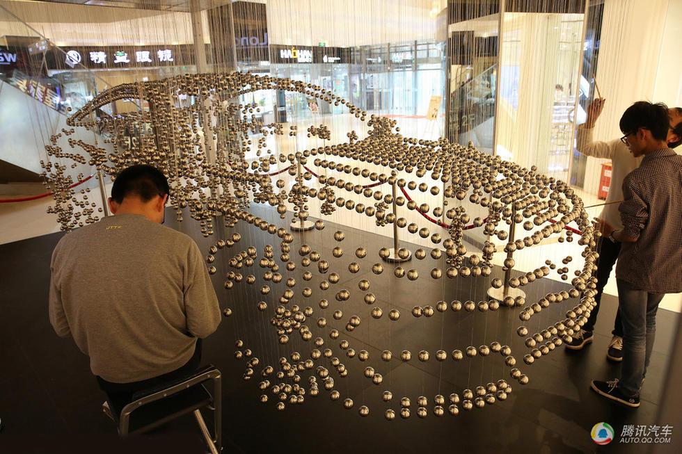 10月25日,安徽安庆,某汽车营销商别出心裁,用4500颗弹珠在高清图片