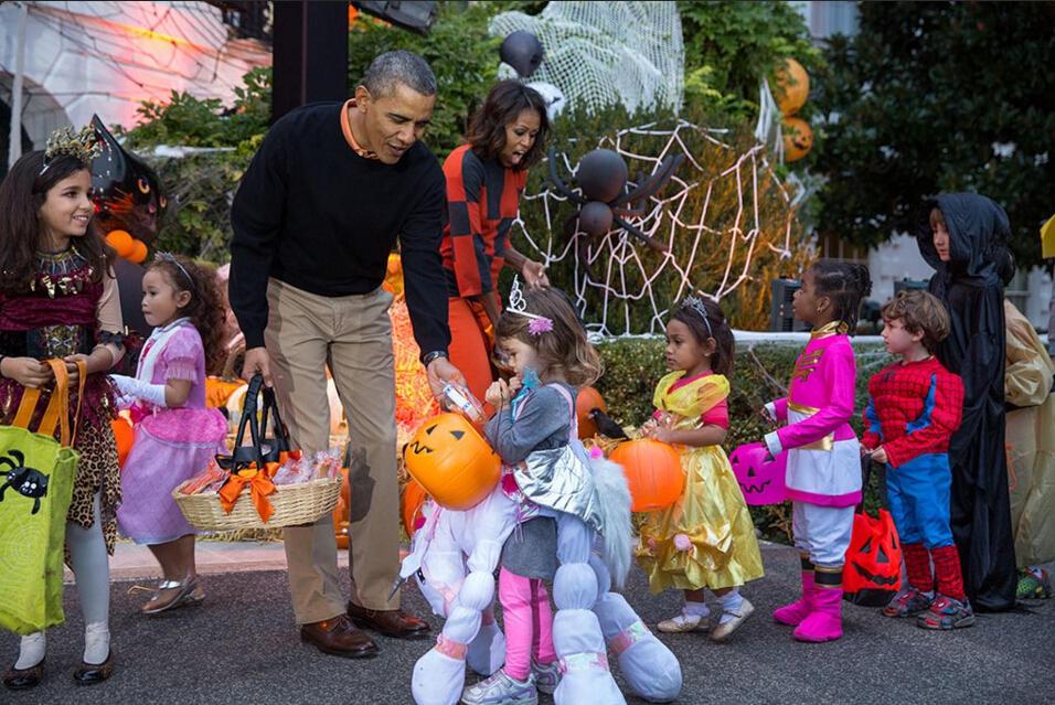 美国总统奥巴马与夫人白宫发糖 庆祝万圣节(高清)