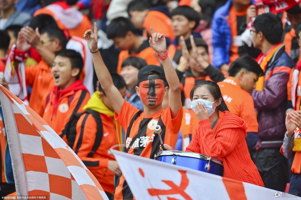 球队降级,球迷痛哭-高清 贵州茅台降级 球迷不离不弃落泪表谢意图片 95892 980x653