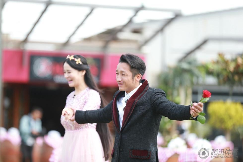装现身引惊呼,拳王邹市明和妻子热拥跳舞场景温馨,儿子邹明轩、图片