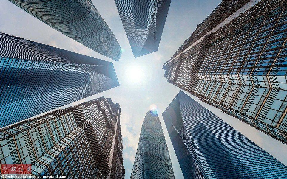 不断拔高与纷纷逃离的博弈:摩天大楼的风光与困惑