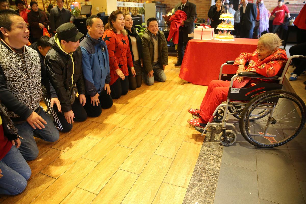 西安老人百岁生日 几十名儿孙跪拜祝寿 - 海阔山遥 - .