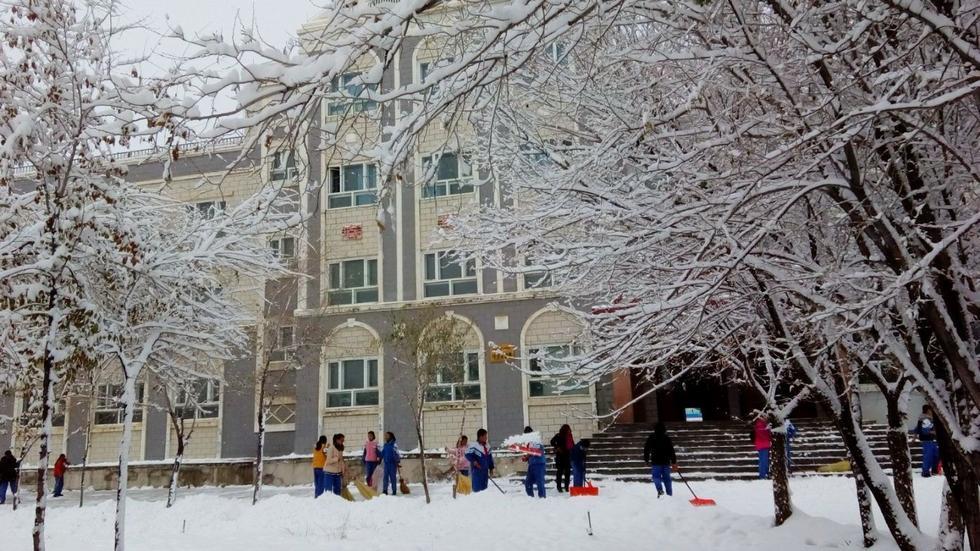 坤雪景,学生们在外扫雪,图片来自腾讯微博网友吴红军.-北疆迎大图片