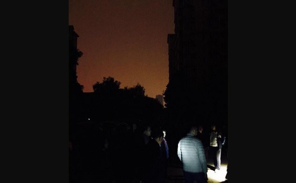 安珠江新城小区停电两天 居民大街上苦等来电