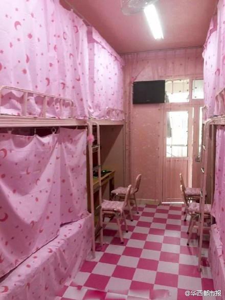 高校男生把宿舍装扮成 少女粉系 风格