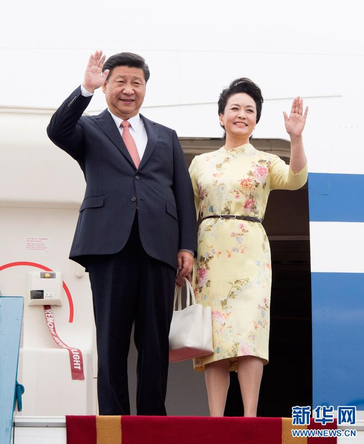 11月5日,中共中央总书记、国家主席习近平抵达越南首都河内,开始对越南进行国事访问。这是习近平和夫人彭丽媛步出舱门向欢迎人群挥手致意。新华社记者 李学仁 摄