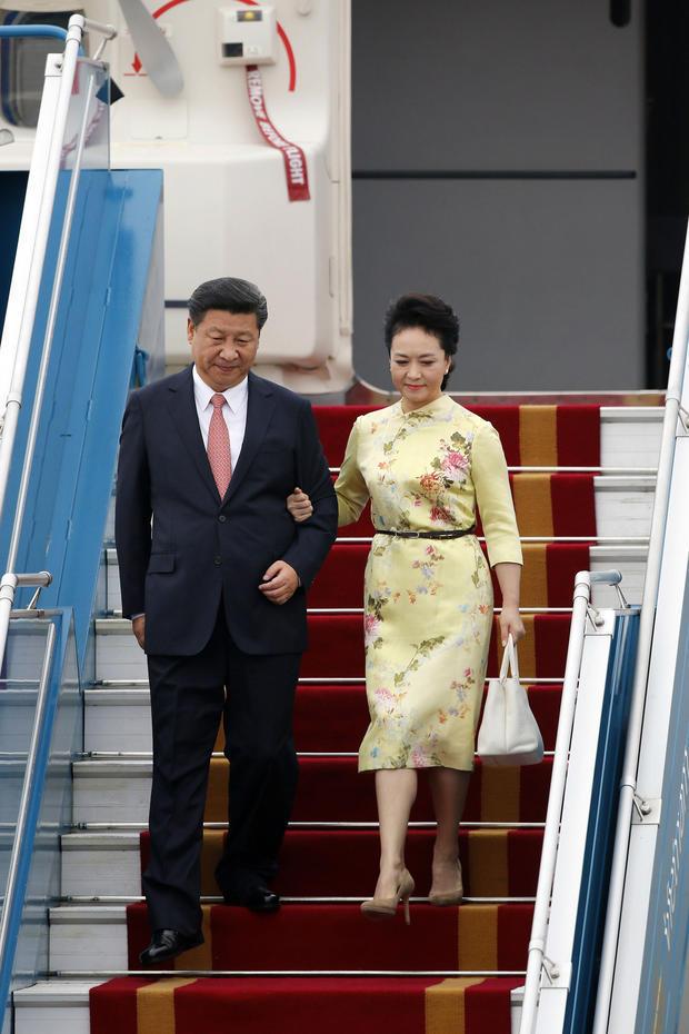 图为当地时间11月5日中午12时许,习近平和夫人彭丽媛抵达越南河内内排机场,互相搀扶走下舷梯。