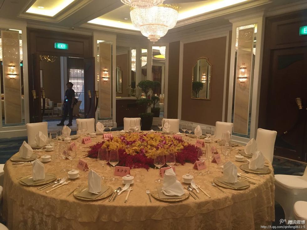 """台湾""""中央社""""报道,马英九7日前往新加坡与习近平会面,会后两人共进晚餐;马英九办公室准备2瓶由高华柱珍藏的1990年份金门高粱酒,以及8坛马祖老酒,在晚宴上请习近平等人品尝。"""