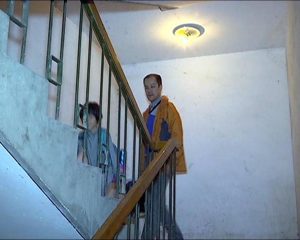 """南京30层居民楼电梯""""罢工"""" 业主爬楼梯回家"""