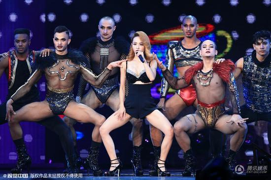 蔡依林小巨蛋演唱会热辣开唱 穿内衣俯身秀胸劈腿热舞