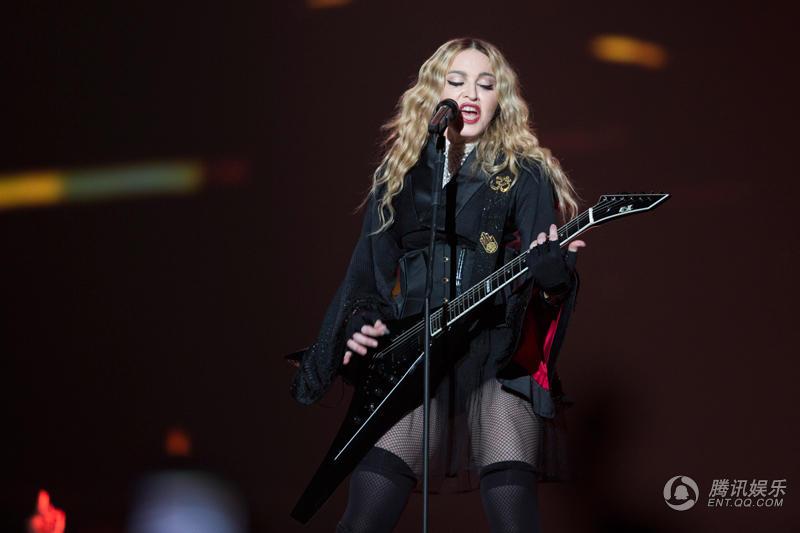 麦当娜世界巡回演唱会柏林站 抱吉他开唱
