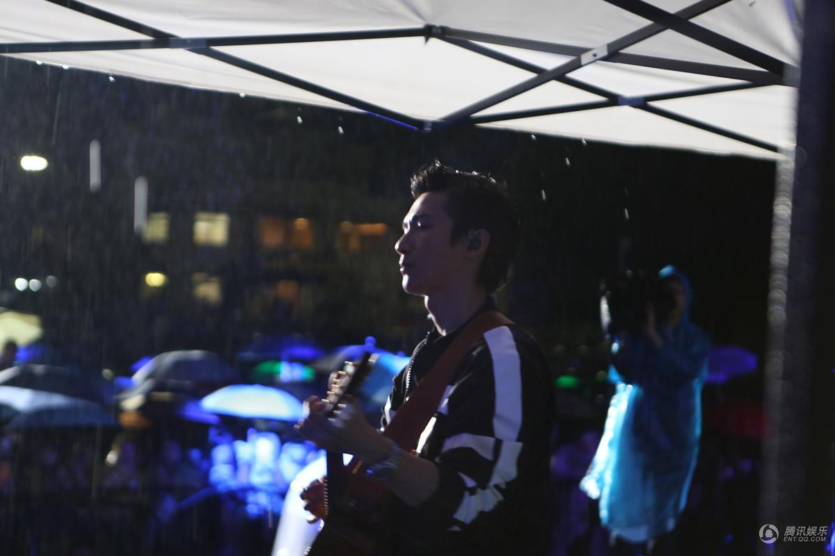 陈楚生冒雨坚持献唱音乐节 歌迷坚守两小时