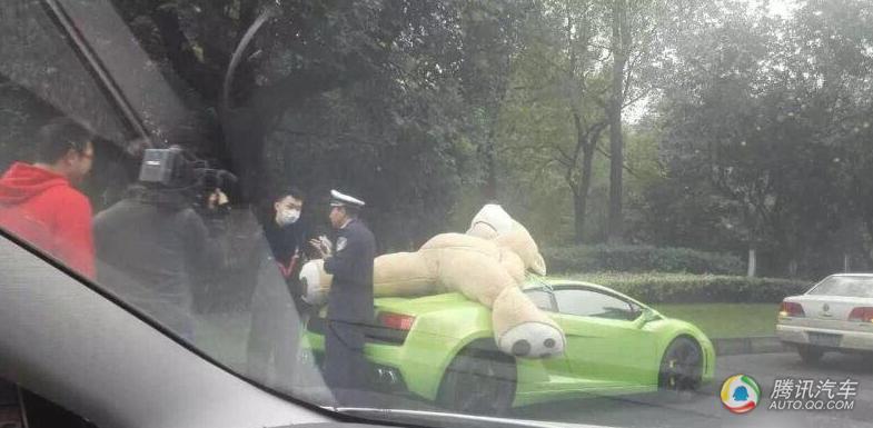 兰博基尼车顶绑超大毛绒熊 被交警查处