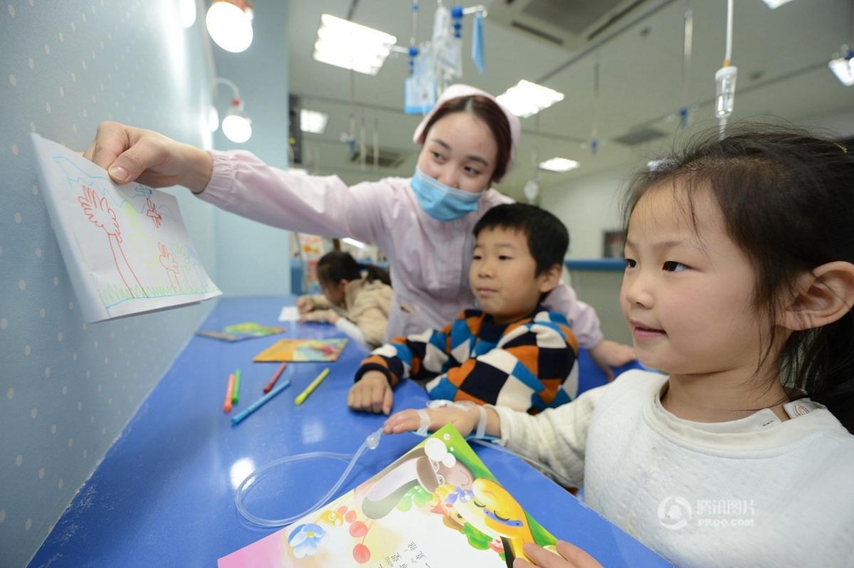 医院儿科专开座位 供小学生打吊瓶写作业
