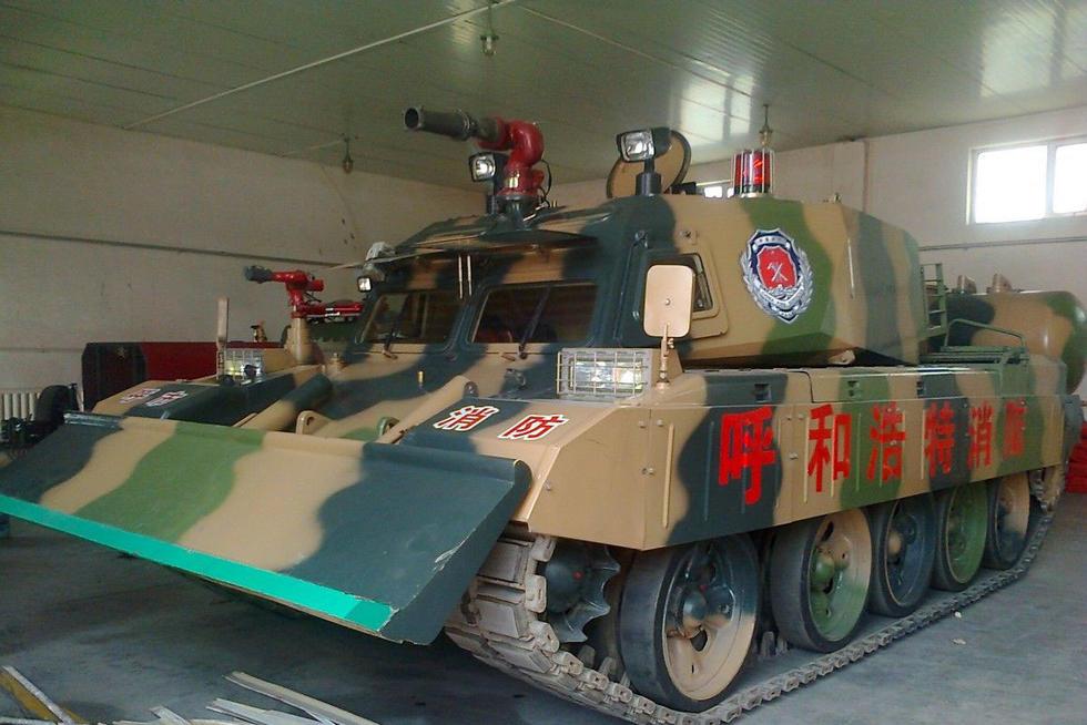消防坦克是由军用主战坦克改装、专用于城乡消防的特殊坦克,属于特种坦克的一种。具有防火、防暴、防毒、清障等突出的功能特点。消防坦克多用于危险化学品泄露、大规模严重火灾等重大火情,凭借其皮糙肉厚、装载力强、破障能力强的优势,发挥作用。其主炮可以喷射强力水柱,驱散暴乱人群,也可以喷洒染色剂,协助公安机关抓捕暴乱分子,还可以喷洒洗消液,分解、稀释有毒、有害物质。我国辽宁省和内蒙古等省市、自治区装备有消防坦克。