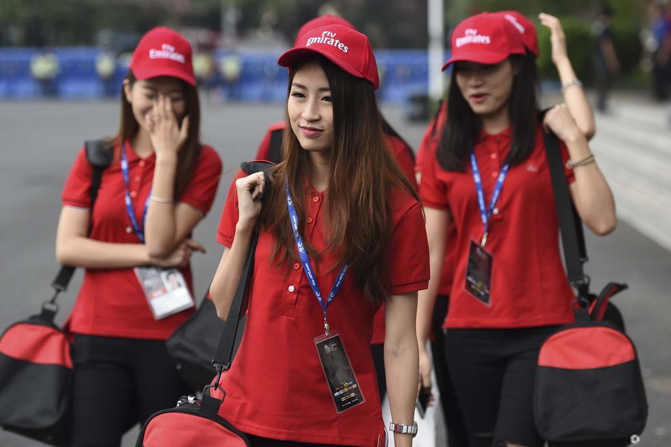 高清 球迷举标语 佩兰下课 阿联酋空姐迷人图片