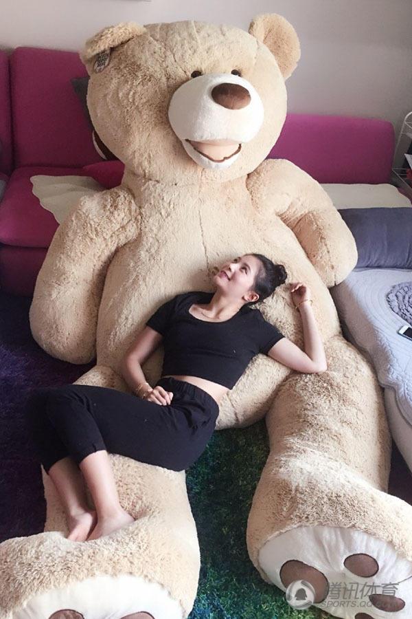 高清 跳水美女晒与大熊合影 称不开心就抱抱图片
