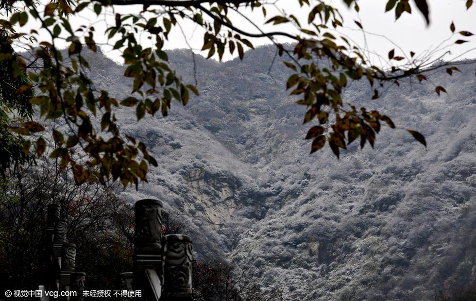 西安迎来2015年首场降雪 秦岭雪景如画