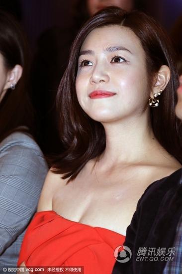 陈妍希穿抹胸裙现身 罕见秀事业线性感露香肩