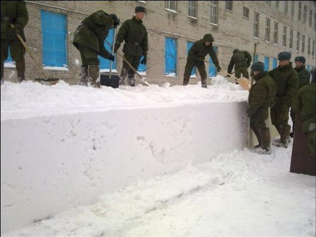 有的时候是出勤务义务劳动,有的时候则是惩罚.而且,扫雪的时图片