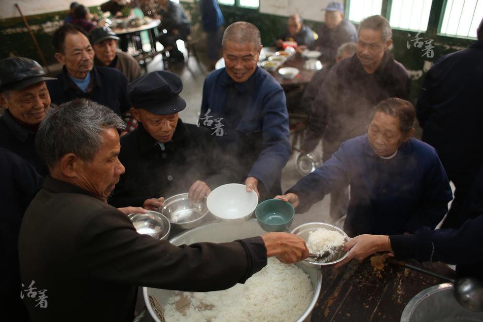 以老人们平时的衣食住行均需要自行解决,生病了则靠工作人员送去
