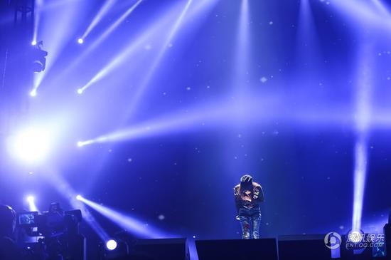 张韶涵上海演唱会温暖开唱 邀歌迷同台合唱感恩陪伴