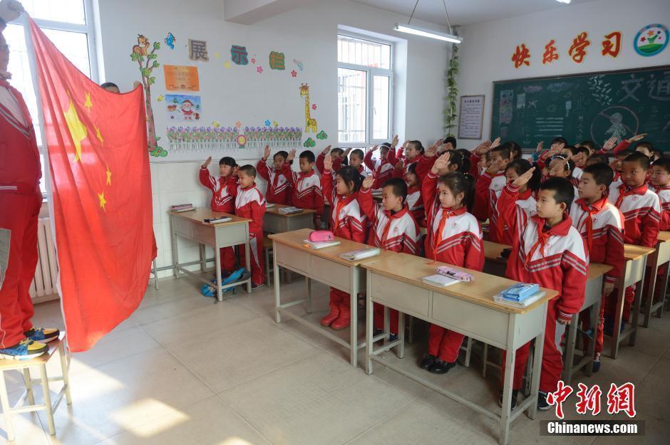 雾霾来袭 小学生室内升国旗