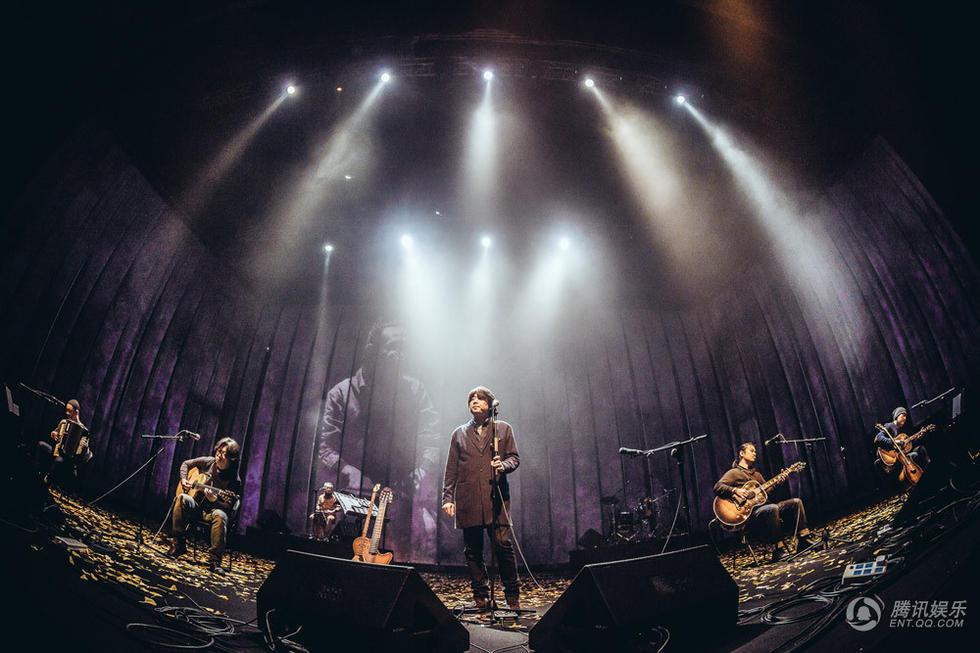 野孩子乐队20周年上海站 一群中年男子固执歌唱