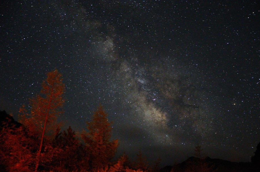 的夜晚都能见到满天繁星,连银河也清清楚楚.不时的,还有流星