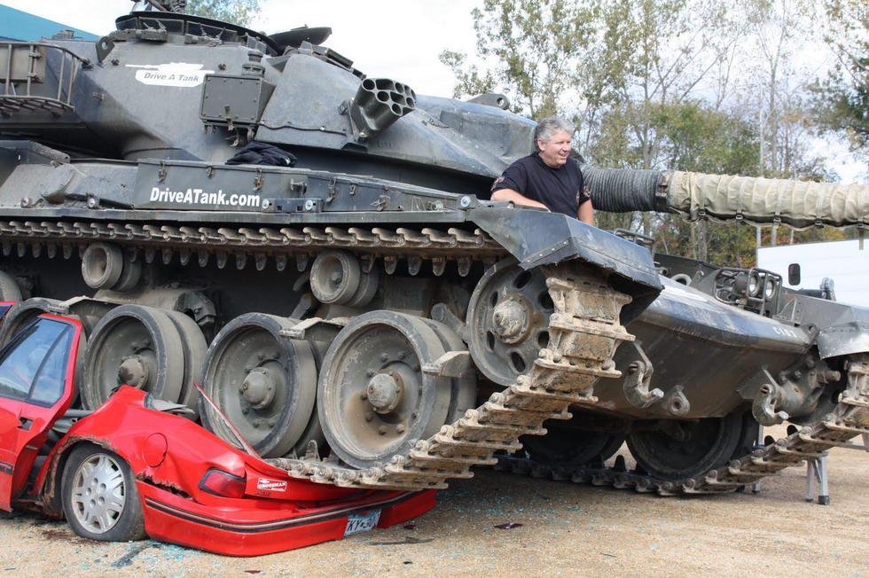 a1客车压铁饼的技巧-坦克碾压小汽车 土豪们是这样解压的图片