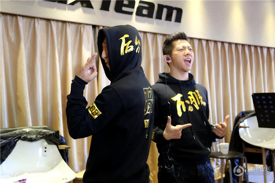 羽泉圣诞演唱会造型前卫 曲目翻新25日加场