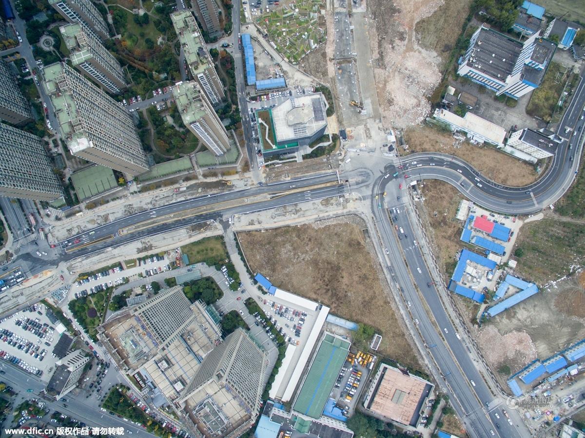 2015年原本直通高架的道路戛然而止.