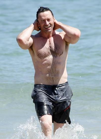 组图:休·杰克曼半裸戏水47岁身材仍壮硕_娱乐_腾讯网