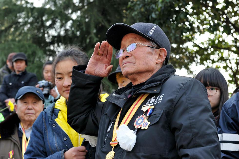 抗战老兵祭奠南京保卫战将士(现场组图)