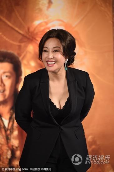 60岁刘晓庆穿低胸西装亮相 俯身大秀事业线 组图