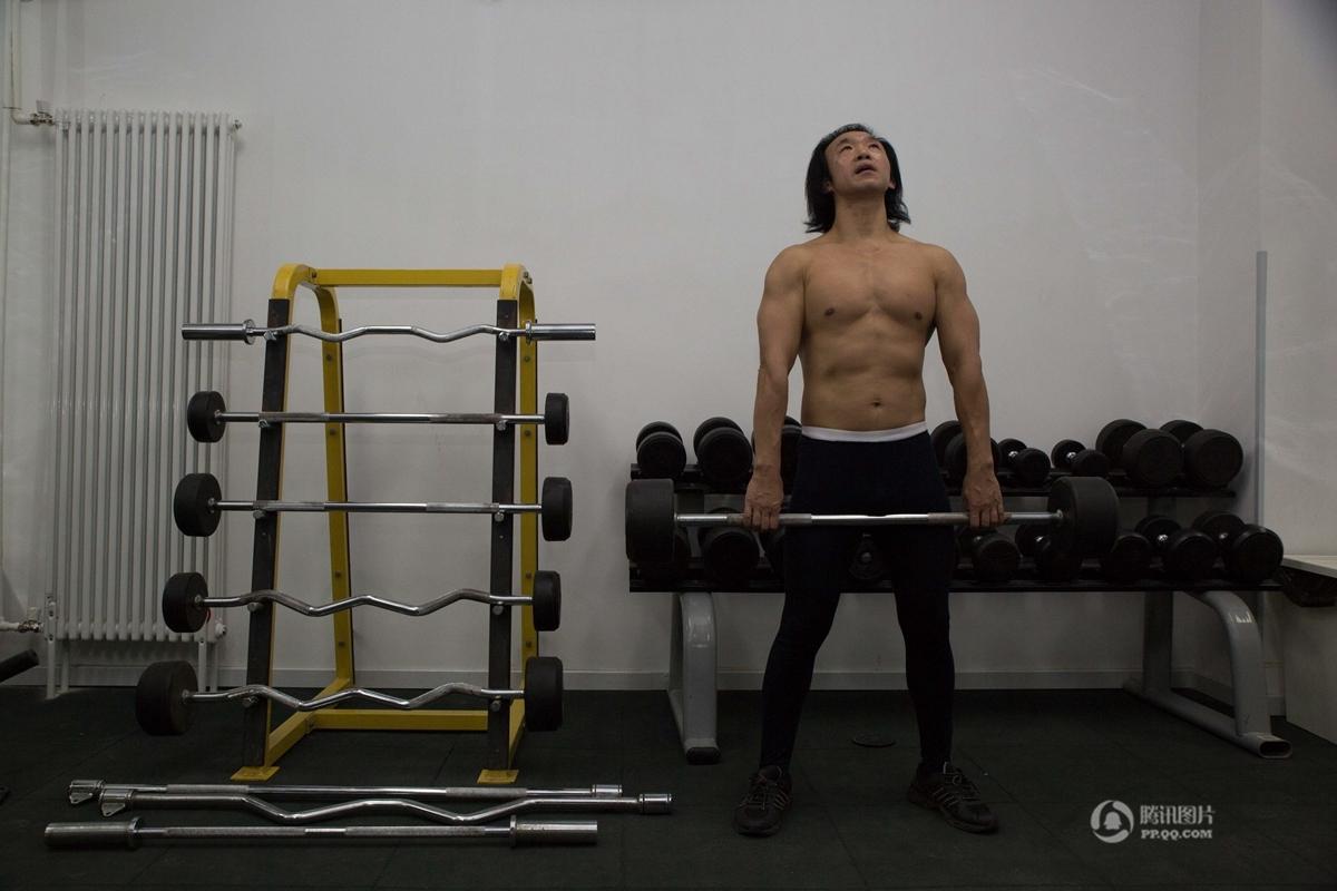 """【中国人的一天】人体模特的""""裸漂""""生活"""