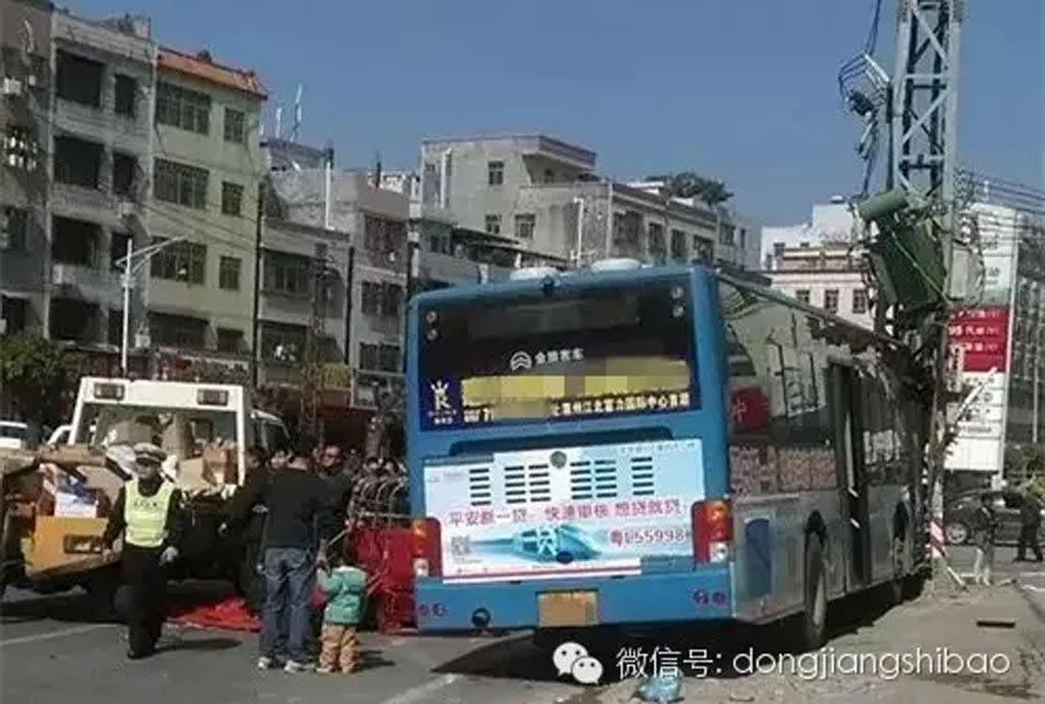 惠州公交车司机突发病 失控冲上人行道高清图片