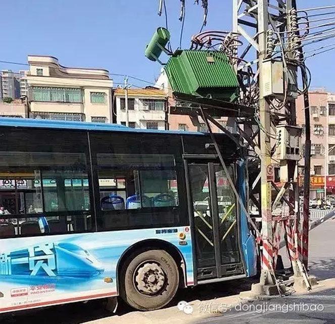 日中午11时许,事关车辆系市公共汽车总公司的13路公交车.小严高清图片
