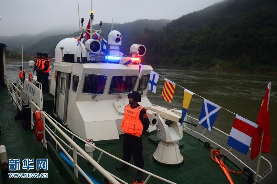 洪泽湖进入低水位 海事助拖搁浅船