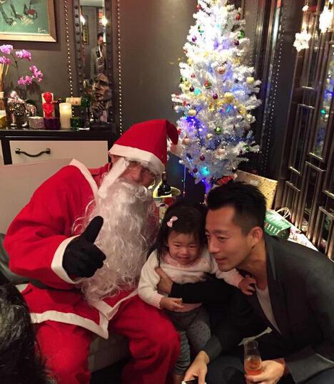 """微博晒出陪女儿与圣诞老人合影的画面,还留言称,""""小玥儿还是害"""