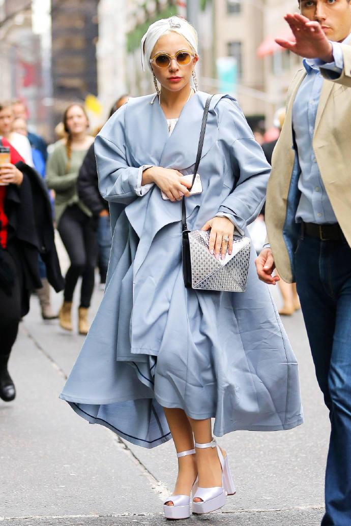 Lady Gaga一袭蓝袍出街,正常起来还是美的