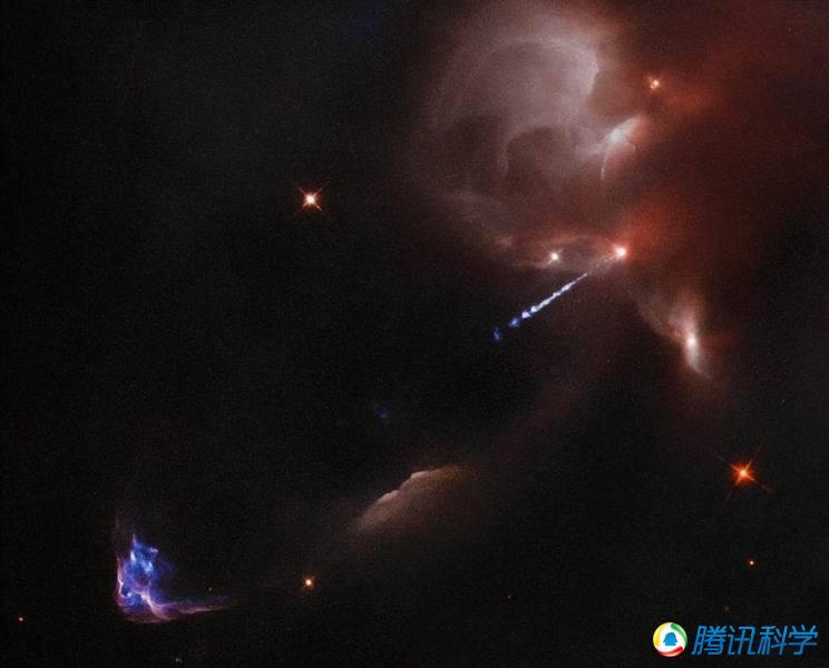 距离地球1400光年的猎户星云中的一颗非常年轻恒星释放炽热气体流,碰撞在周围的宇宙物质上产生冲击波,形成赫比格-哈罗天体(图中左下侧束状结构).