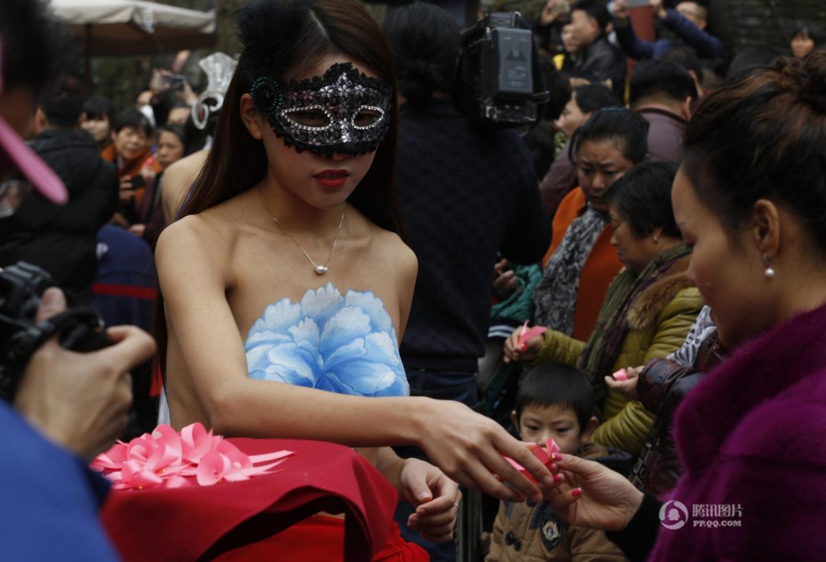 美女裸身阴道刮�_杭州美女裸身彩绘 呼吁关注乳腺健康