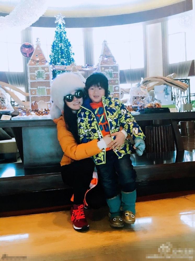 近日,拳王邹市明妻子冉莹颖在微博晒出一组单板滑雪照,两个儿子十图片