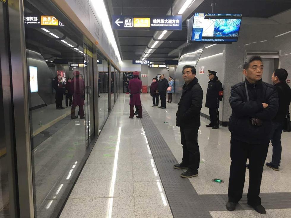 地铁三号线不愧是高颜值地铁线,在开通仅不到1小时就积累了不少人图片