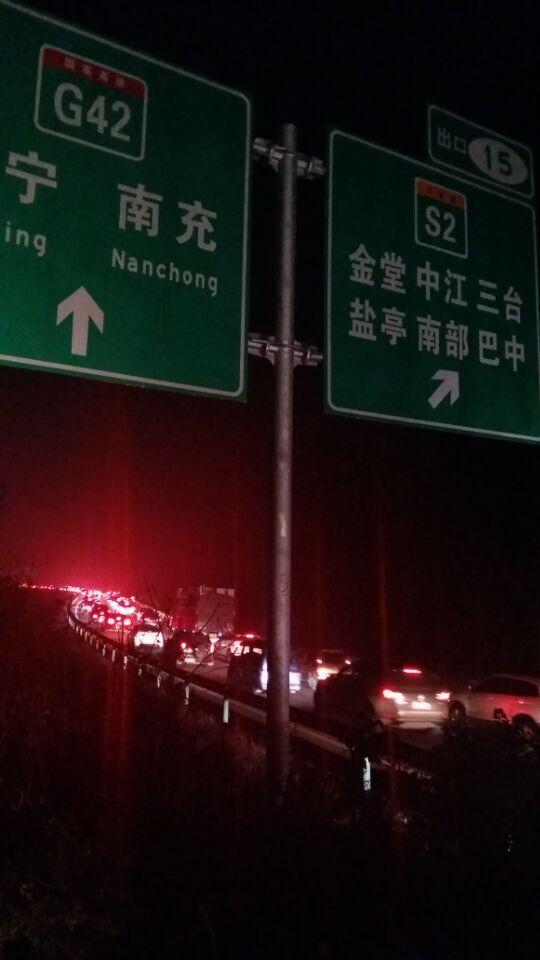 ,大批车辆涌向高速公路出行,四川新闻客户端记者在成都绕城高