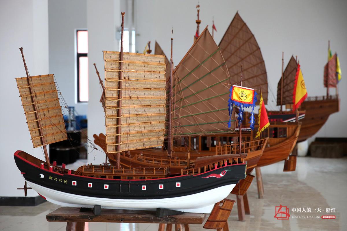 摆放着各式各样的木帆船船模