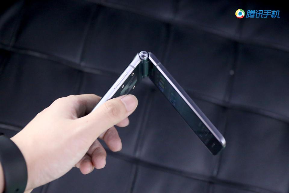 三星W2016图赏:双曲面玻璃+双屏翻盖设计的照片 - 23